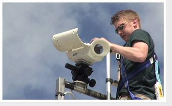 """یکی از دوربین های فن آوری """"هاک آی """" که توسط تکنسین مربوطه برای ورزش تنیس نصب می شود"""