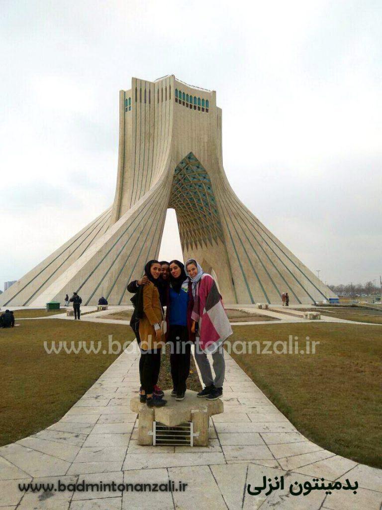 سنیا با همراهی جمعی از بازیکنان تیم ملی در بازدید از برچ آزادی تهران