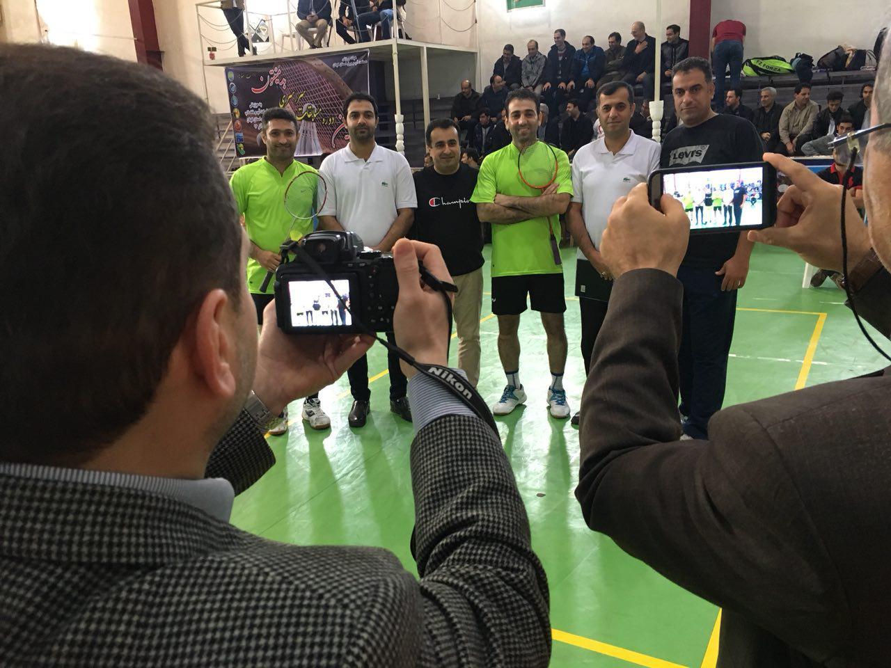 بازیکنان در کنار مربیان خود و داوران مسابقات فینال